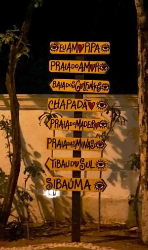 Placas amarelas características da região Praia de Pipa Natal
